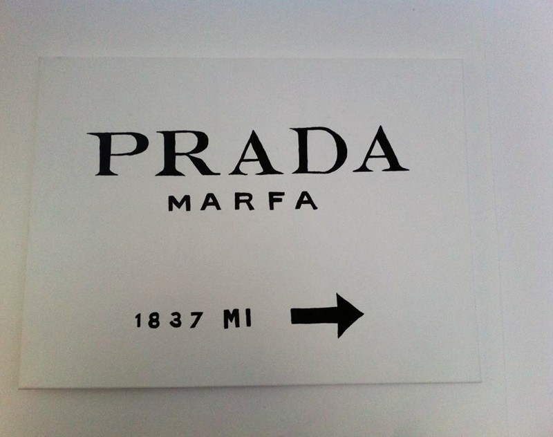 prada marfa auf leinwand selber machen bild 1. Black Bedroom Furniture Sets. Home Design Ideas